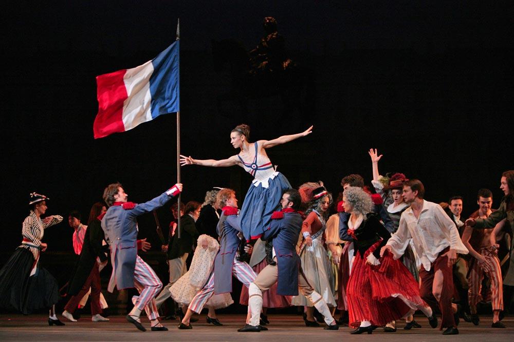 dy-flames-paris-maria-alexandrova-flag-grab_1000