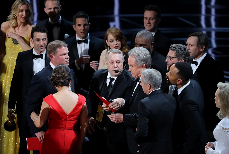 Warren Beatty holds the card for the Best Picture Oscar awarded to Moonlight. REUTERS/Lucy Nicholson