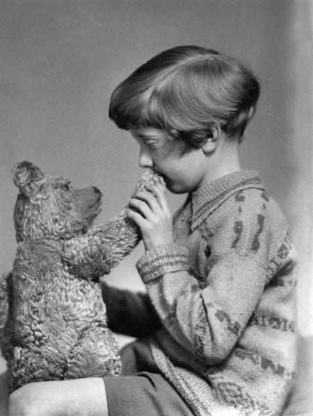 Сын Милна Кристофер Робин с плюшевой игрушкой, послужившей прообразом Винни-Пуха
